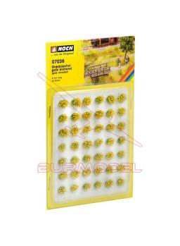 Manojos de hierba florido amarillo