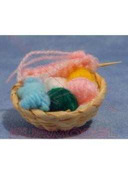 Cesta con hilos de lana